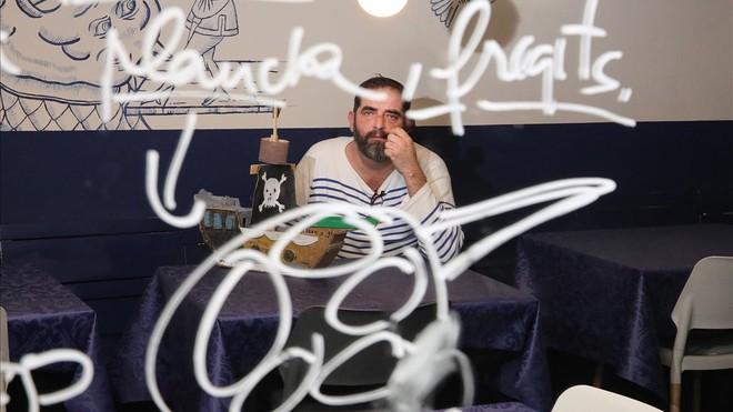 Franc Monrabà, a punto de zarpar con camiseta a rayas y pipa.