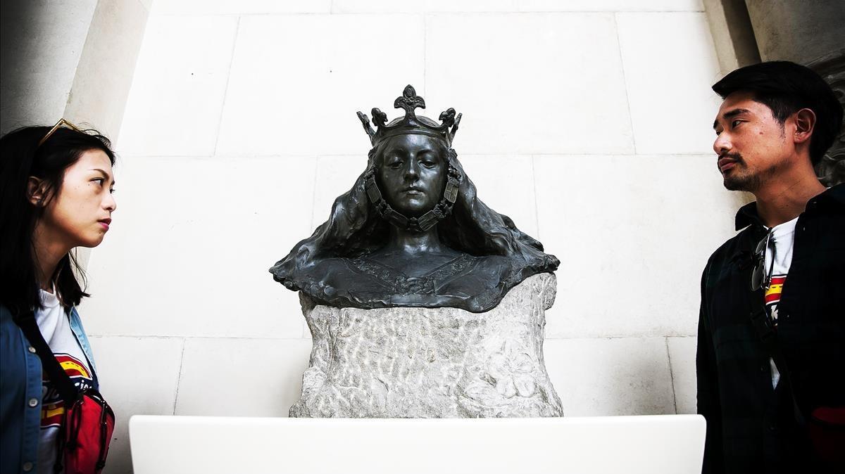 La escultura Busto de matrona representando Barcelona, de Eusebi Arnau, con toda la ornamentación restituida.