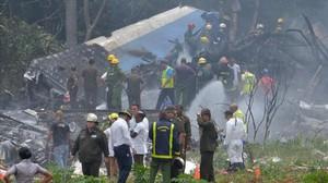 Los servicios de emergencia en el avión estrellado tras despegar de La Habana.