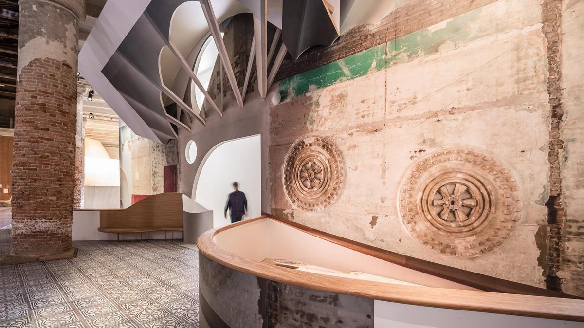 El estudio Flores & Prats han reconstruido a escala real el lucernario de la Sala Beckett en la Bienal de Arquitectura de Venecia.