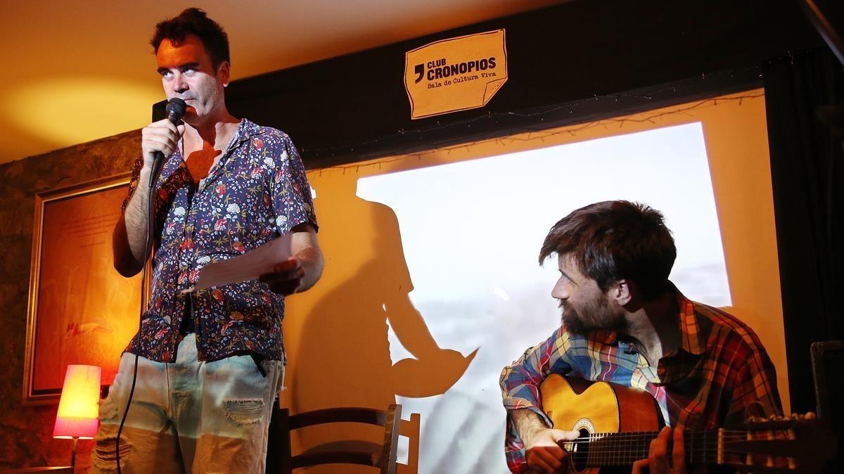 Ramon Buj, el responsable del Club Cronopios, junto al cantautor Luistofoles, durante la fiesta-jam de reapertura.