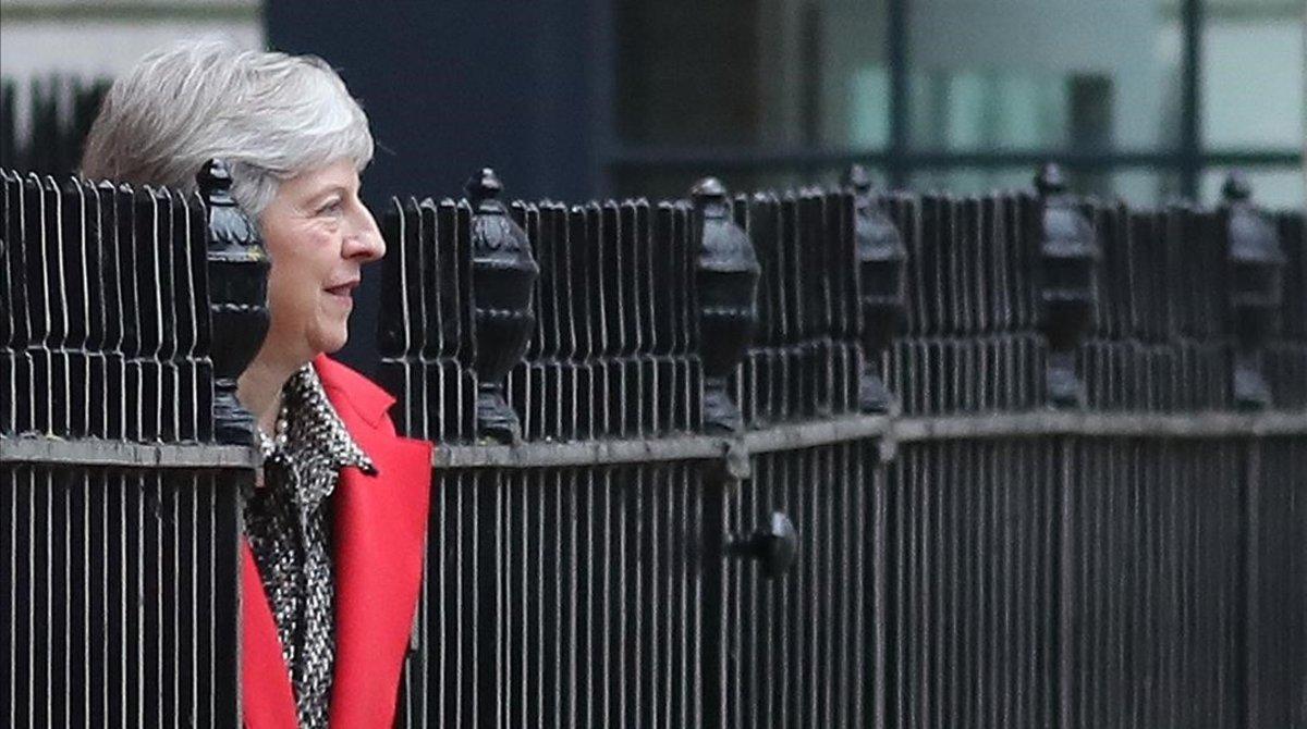 Thersa May sale por la puerta traserade su residencia oficial del 10 de Downing Street en Londres, el 16 de noviembre del 2018.