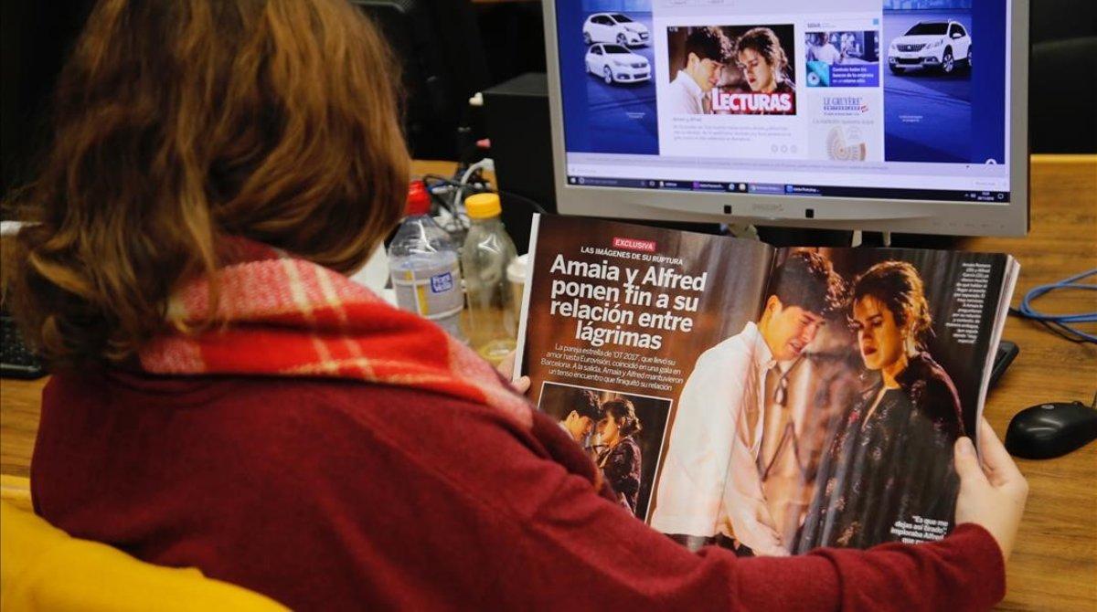 Una mujer lee la revista 'Lecturas', que publica fotos de Amaia y Alfred del pasado día 19.