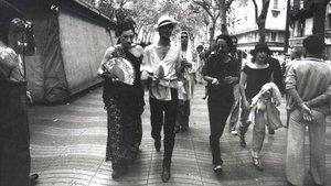 Camilo,Ocaña,Nazario y Maite, por la Rambla en la primera manifestacion gay, en1977.
