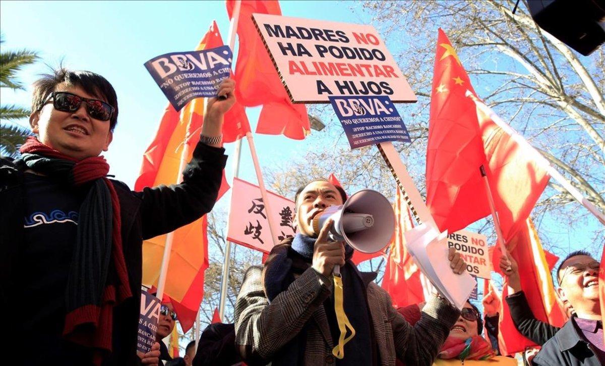 Miembros de la comunidad china se manifiestana en Madrid.