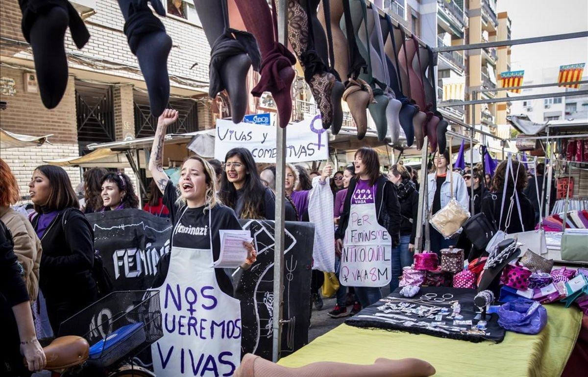 El piquete de Benimaclet a su paso por el mercadillo durante la huelga feminista de este 8M