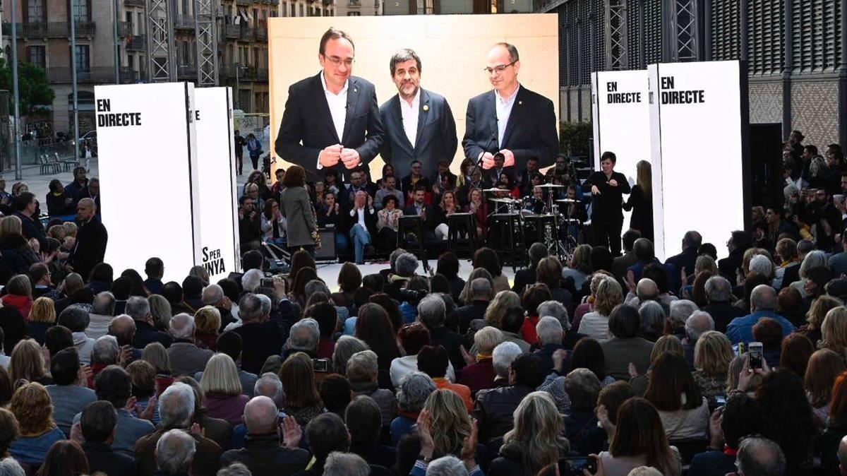 Sànchez, Rull y Turull desde la cárcel en el acto final de campañaa de Junts per Catalunya en las elecciones de abril