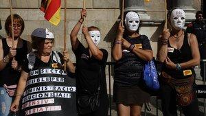 Trabajadoras de las residencias protestan en la plaza de Sant Jaume.