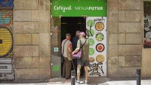 Entrada del comedor social Cafè Just, en Ciutat Vella, este lunes.