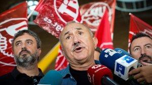 El secretario general de UGT, Pepe Álvarez, haciendo declaraciones ante los medios de comunicación.