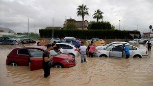 Aspecto de un aparcamiento público de Orihuela (Alicante), con dos palmos de agua.