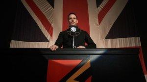 Oswald Mosley (Sam Claflin), creador de la Unión Británica de Fascistas, en un míting en Birmingham, en el último capítulo de la quinta temporada de 'Peaky Blinders'.