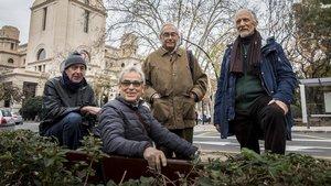 Cuatro de los denunciantes de torturas por parte del franquismo delante de la facultad que centró la redada contra militantes de izquierda en 1971