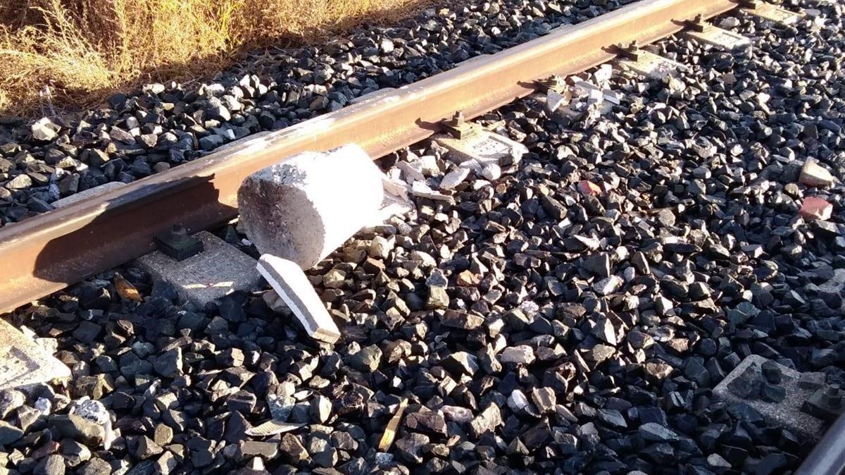 Bloque de cemento que este sábado ha causado daños en un tren y ha cortado laR12 durante horas