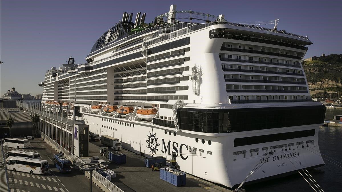 Imagen del 'MSC Grandiosa' atracado en el puerto de Barcelona.