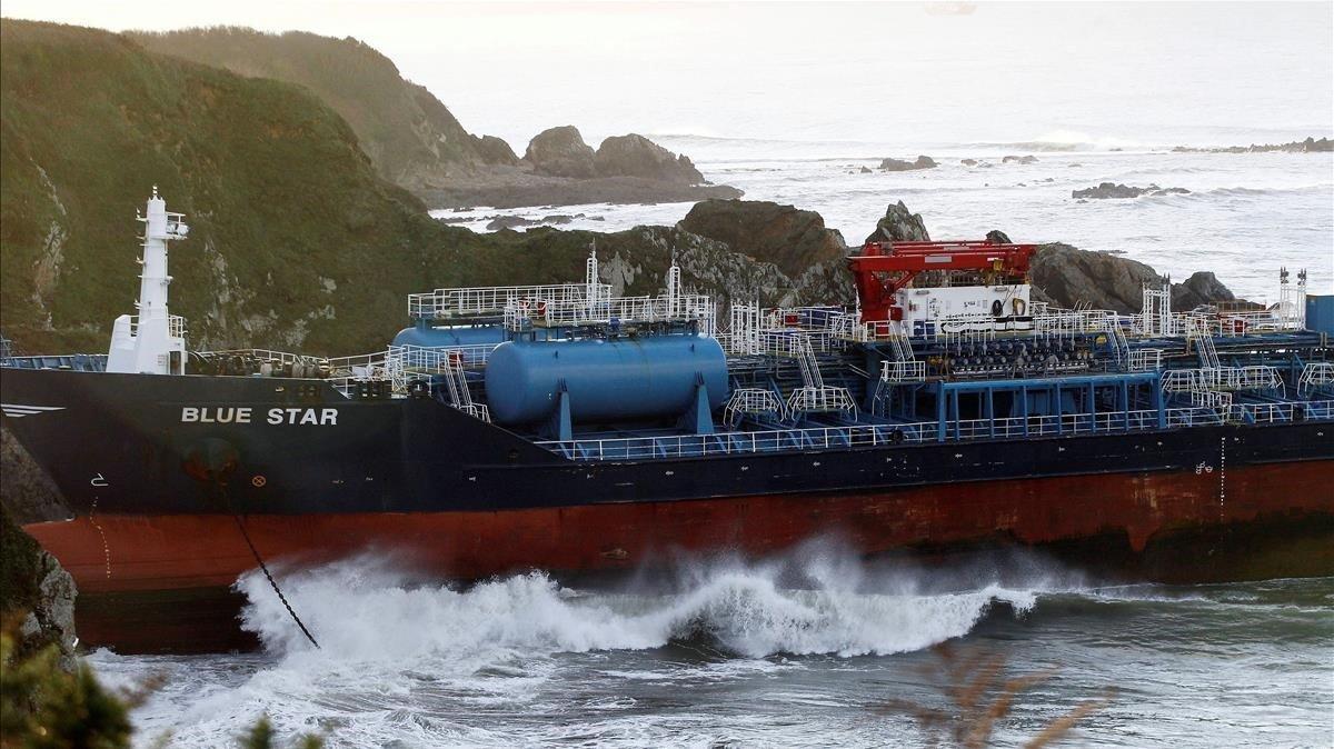 El 'Blue Star', varado en la costa gallega, durante la tarde del sábado.