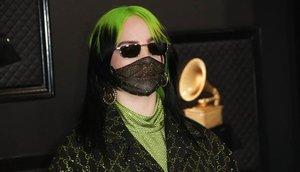 Billie Eilish, con mascarilla y 'outfit' verde radiactivo, en la última gala de los Grammy.