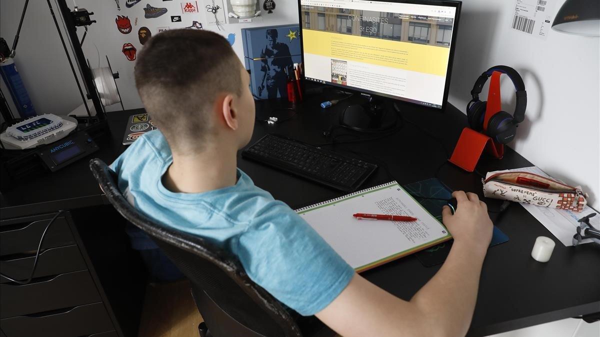 Un estudiante de secundaria, con sus tareas escolares virtuales.