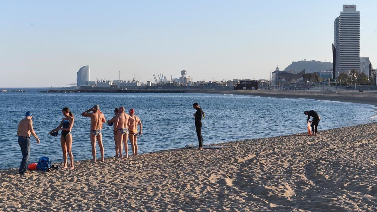 Barcelona no permet encara prendre el sol a la platja