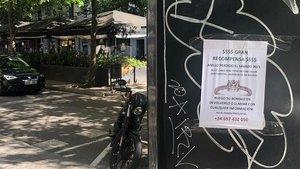 Uno de los carteles que pide ayuda para encontrar el anillo perdido.