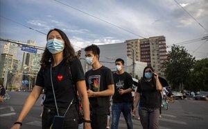 Ciudadanos con mascarilla por las calles de Beijing.