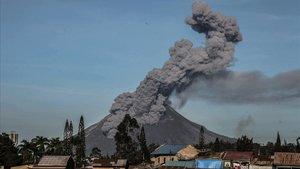 El monte Sinabung, en Sumatra, durante la erupción de este domingo.