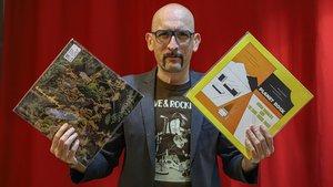 Lalo López, de la Fundacion Tony Manero, en la tienda de discos especializada en música negra Barcelona City Records, en Barcelona.