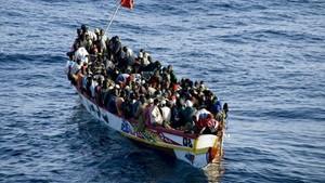 Imagen aérea de un cayuco, con 260 personas a bordo, cerca de la costa de Tenerife, en el 2008.