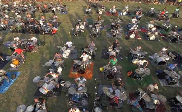 1000 músicos tocan Learn To Fly de Foo Fighters para pedir que visiten Cesena en su gira europea.