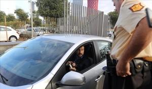 Agentes de la Guardia Civil, a su llegada al Centre de Telecomunicacions i Tecnologies de la Informació.