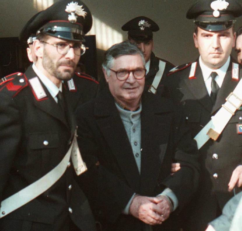 Totó Riina, escoltado por la policía, en una imagen de 1996.