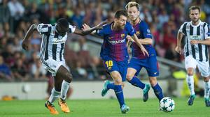 Messi intenta driblar a Matuidi en el partido contra la Juventus de la primera vuelta de la Champions League