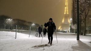 Un esquiador en el Champ de Mars, cerca de la Torre Eiffel, en París.