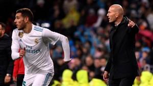 Zinedine Zidane sigue el partido contra el Getafe mientras Theo sube la banda.