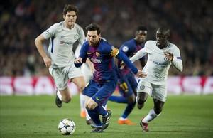 Messi se va de Kanté y Marcos Alonso durante el partido del miércoles en el Camp Nou