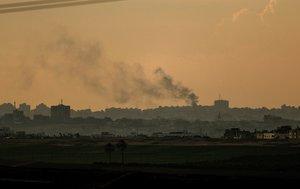 SDEROTISRAEL- El humo asciende des un edificio bombardeado al norte de la Franja de Gaza visto desde la ciudad israeli de Sderot .EFEAtef Safadi