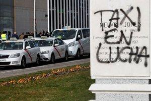 Huelga de taxistas en los alrededores de Ifema, este jueves en Madrid.