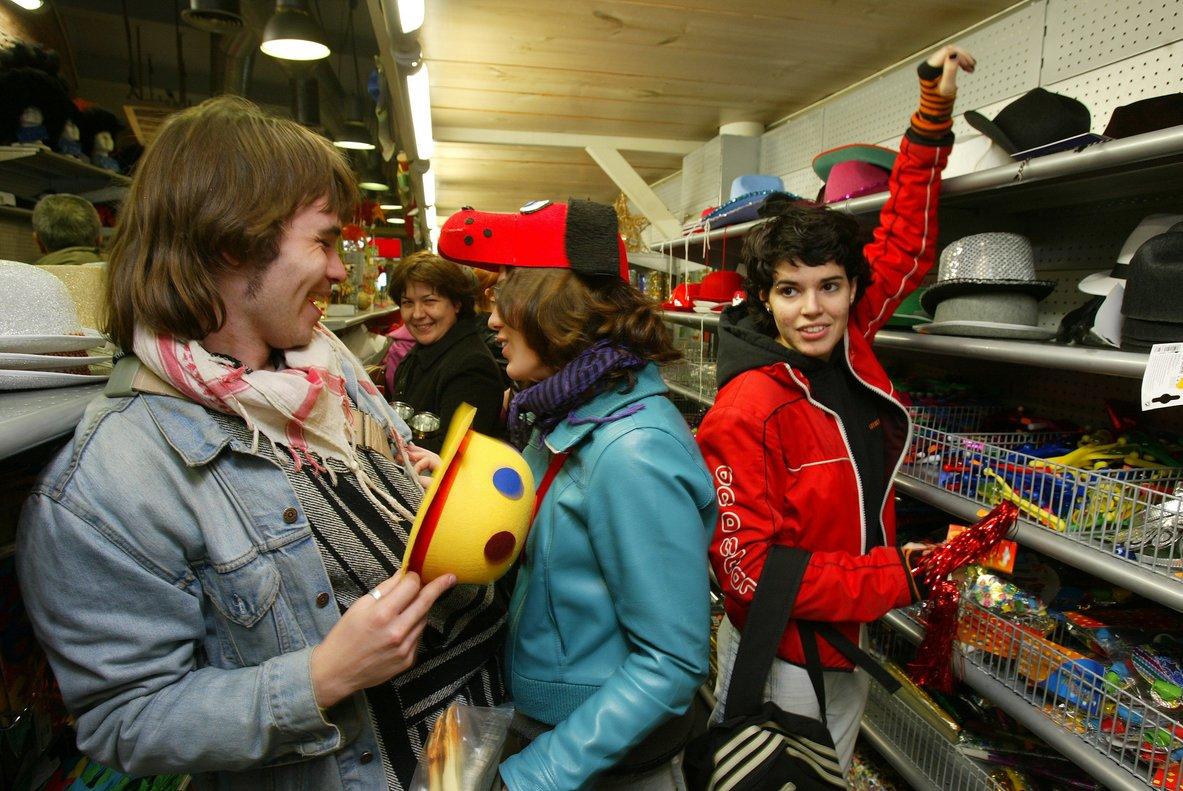 Jóvenes bromean en una tienda de disfraces de Barcelona.