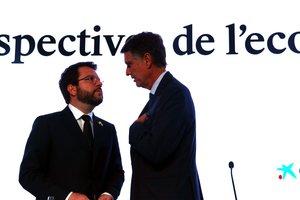 El vicepresidente de la Generalitat, Pere Aragonès (izquierda), antes de su intervención en las jornadas del Cercle dEconomia, con el consejero delegado del banco Sabadell, Jaume Guardiola.