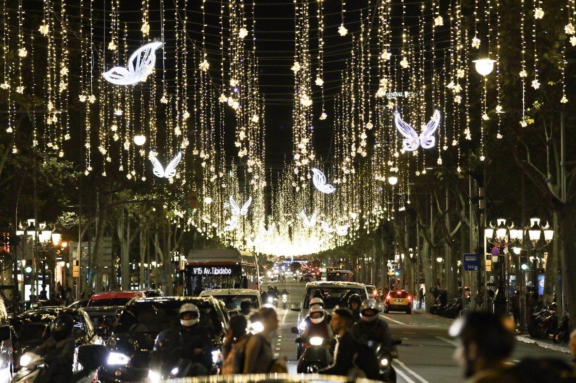 Esta avenida luce estos días una iluminación espectacular.