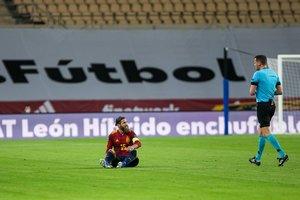Sergio Ramos tras caer lesionado con la selección española.