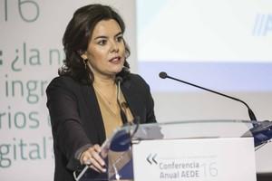 """Sáenz de Santamaría insta la premsa a apostar """"per la credibilitat més que per la immediatesa"""""""