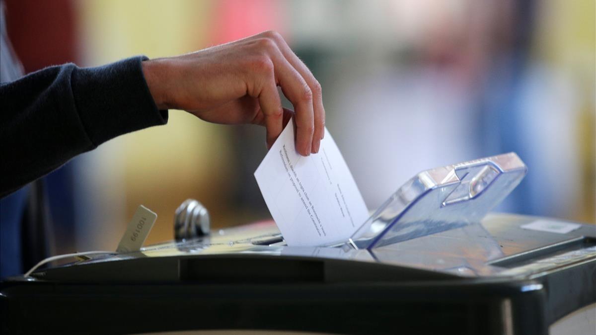 Un votante introduce la papeleta en el referéndumen Irlandasobre la reforma del aborto.