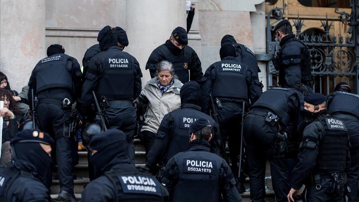 Agentes de los Mossos desalojan a las decenas de personas se han concentrado a primera hora de esta mañana ante elTSJC.