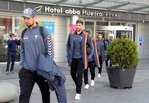 Los jugadores del Albacete, a su salida del hotel de Huesca.