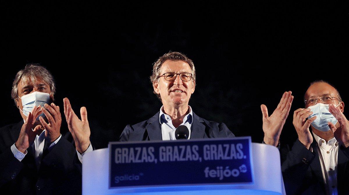 Alberto Núñez Feijóo celebra su victoria en las elecciones autonómicas gallegas, el domingo 12 de julio por la noche, en Santiago de Compostela.
