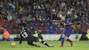 Alcácer supera a Soria para conseguir el primero de sus dos goles ante los sevillistas