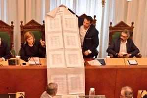 El alcalde Àlex Pastor muestra en el pleno extraordinario las facturas impagadas por el anterior gobierno de Badalona.