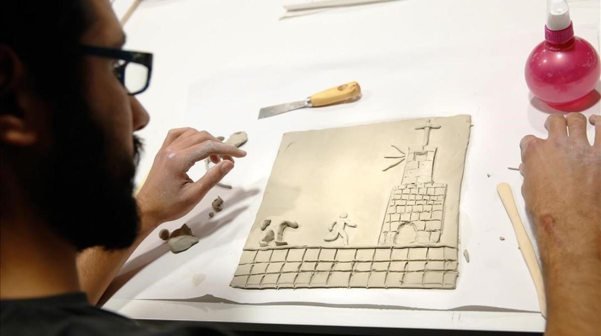 Un alumno de Elisava con una viñeta de barro, el pasado diciembre, en el taller que sirvió para preparar el cómic táctil del dibujante Max, que Catalunya presentaen la Bienal de Venecia.