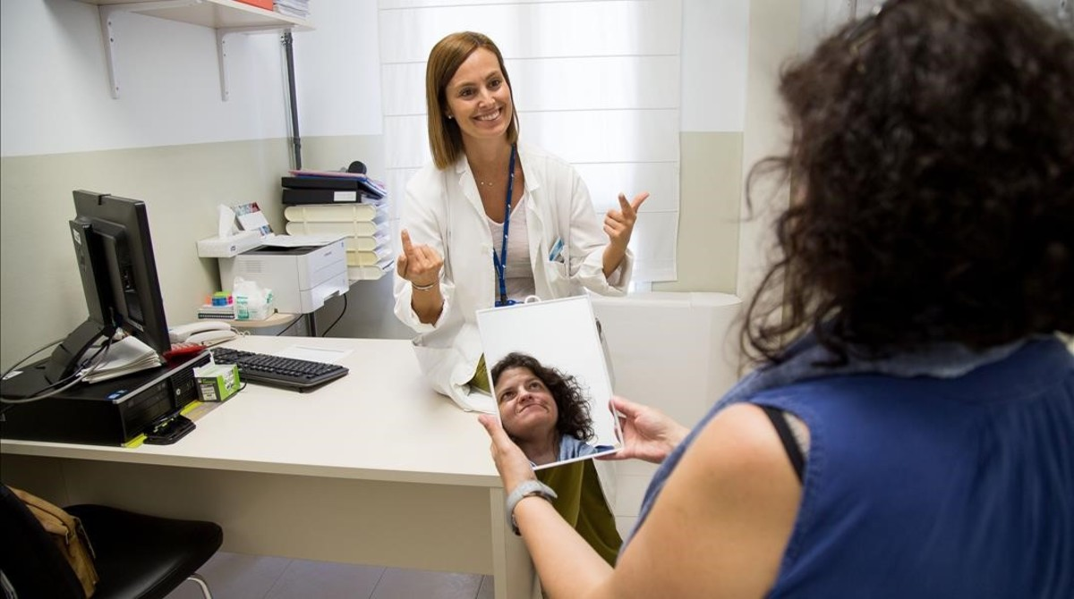 La doctora Natàlia Ridao, en una sesión para recuperar movilidad en el Hospital Taulí de Sabadell.